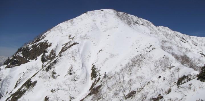 青空広がる雪山