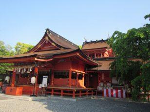 拝殿後方の本殿は二階建て