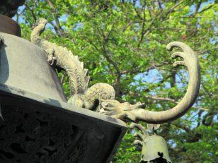 水を吐く灯篭の龍