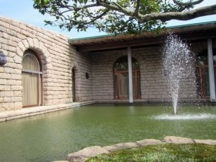外装、内装に石、木、水