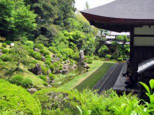 霊家の廊下から見る庭園