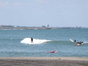 太東 堤防横のメローな波