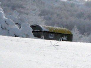 避難小屋はコンクリートブロック製のかまぼこ型